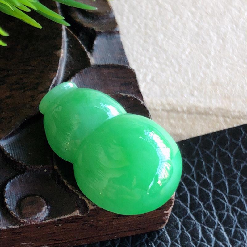 缅甸天然翡翠A货满绿葫芦裸石,可镶嵌吊坠,锁骨链,料子细腻柔洁,尺寸22/14.5/6mm,重量3.