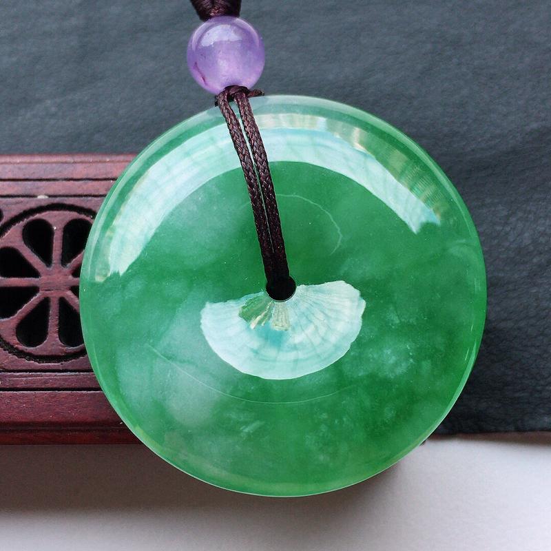 缅甸翡翠带绿平安扣吊坠(顶珠为装饰珠),玉质莹润,佩戴佳品,尺寸:30.5*6.5mm,重12.31