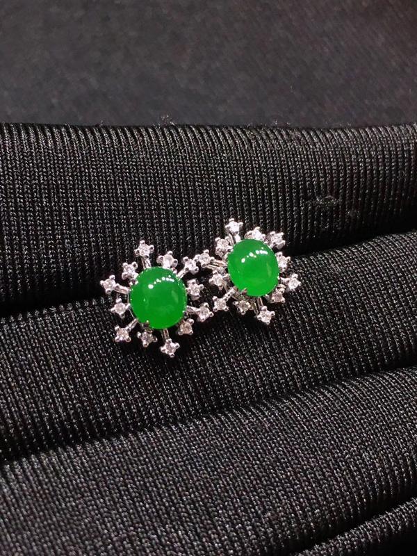 18k镶嵌,冰阳绿耳钉,细腻水润,裸石尺寸:4.6/4,整体厚度:4.6