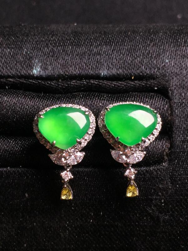 阳绿水滴耳钉,18k真金真钻镶嵌,种水超好,玉质细腻。