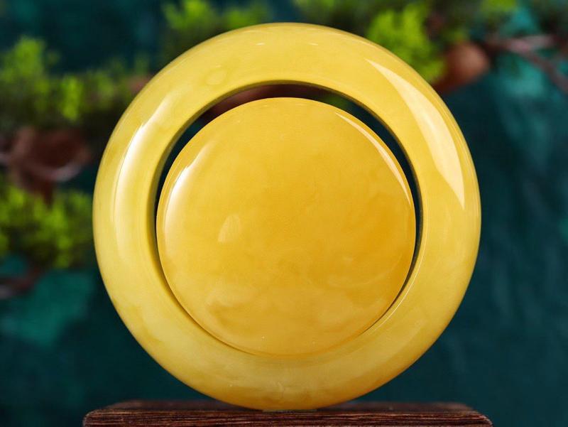 收藏级原矿鸡油黄蜜蜡手镯套装  浓郁的鸡油黄之色搭配天然形成的白花云纹更是锦上添花,意境优美,天然之