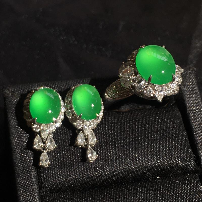 老坑高冰阳绿蛋面套装,精致时尚,种好通透,细腻起胶,冰透起光,水色甜美翠色欲滴,佩戴优雅大气,耳钉: