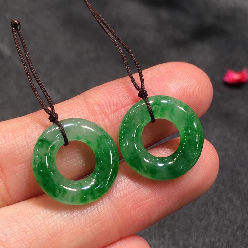 一对阳绿平安扣,平安吉祥,底庄细腻,可镶耳坠,镶嵌后效果更显档次,性价比高,推荐,尺寸15.7*3.