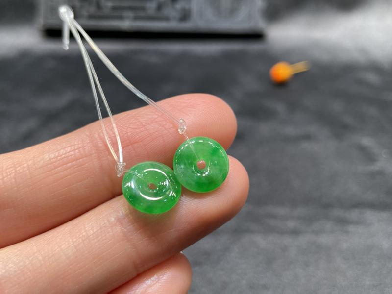 一对阳绿平安扣,平安吉祥,底庄细腻,可镶耳坠,镶嵌后效果更显档次,性价比高,推荐,尺寸9.3*2.3