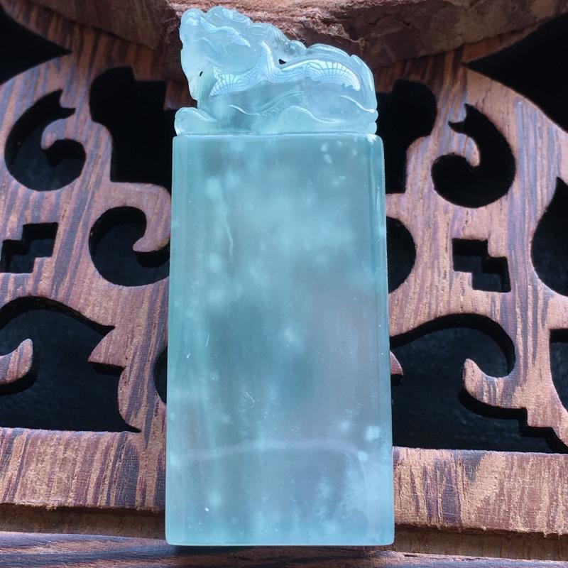 冰种卬章,自然光实拍,缅甸a货翡翠,木那料,飘雪花,种好通透,水润玉质细腻,雕刻精细,饱满品相佳,有