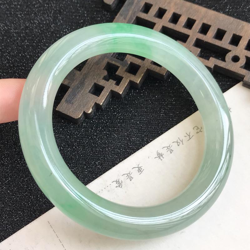 【圈口54.1mm,飘绿翡翠圆条手镯,上手高贵典雅,优雅大方,编号 ln-11.29.1】图4
