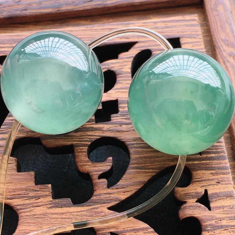 圆珠挂件,老坑冰种,自然光实拍,缅甸a货翡翠,种好通透,水润玉质细腻,雕刻精细,饱满品相佳,大珠一对
