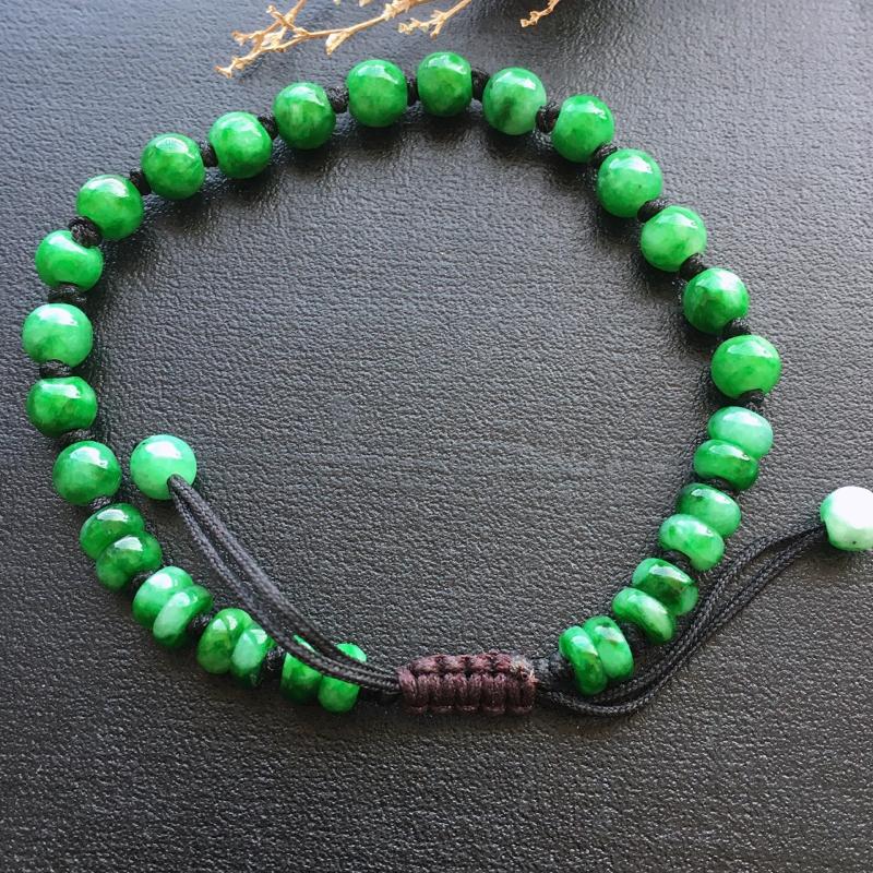 辣绿手串,自然光实拍,缅甸a货翡翠,玉质细腻,雕刻精细,饱满品相佳,佩戴效果赞。