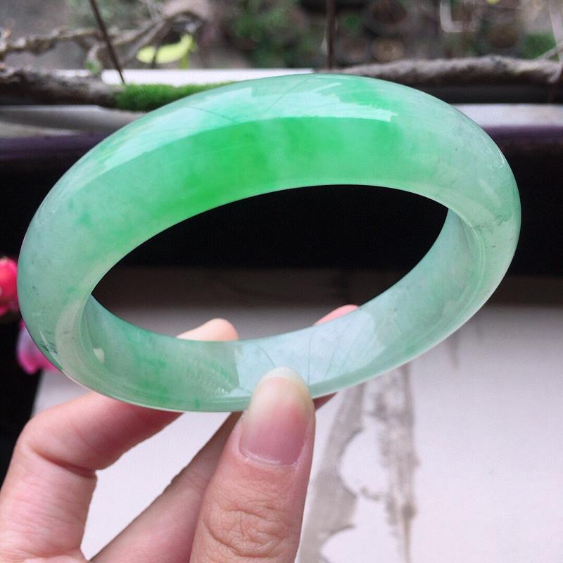 翡翠57圈口带绿正圈手镯,尺寸:57.8*13.8*8.3mm,重66.83克,料细底好,条形好看,