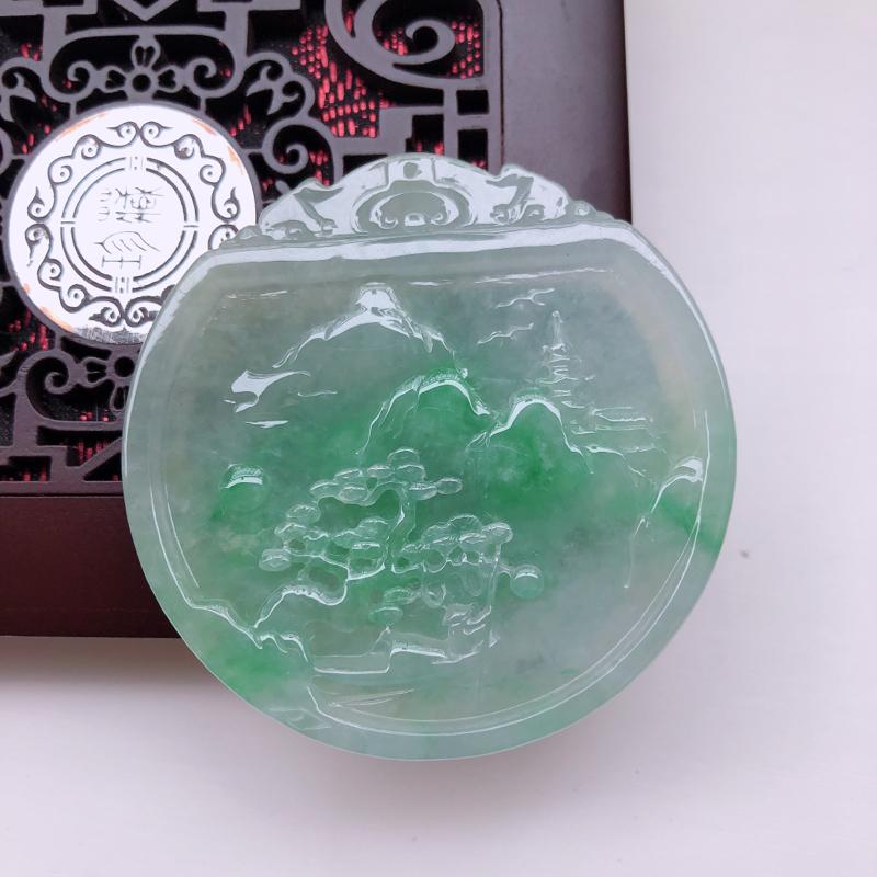 飘绿翡翠左右逢源山水吊坠,玉质细腻,色泽鲜艳