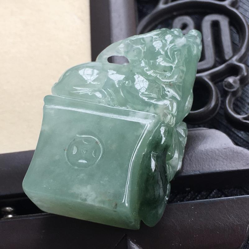 翡翠浅绿貔貅印章吊坠,种水好玉质细腻温润。