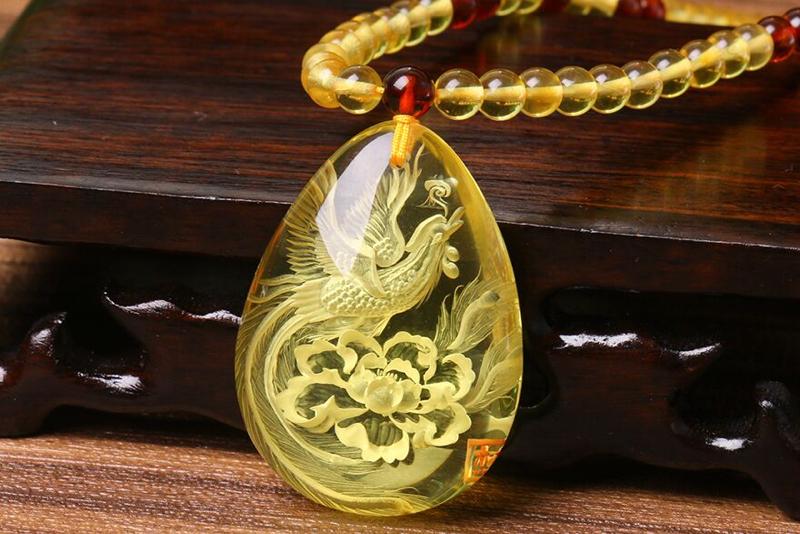 【琥珀金珀 精雕 凤凰牡丹挂件】净水剔透精雕细腻。雕刻手法精,巧,细就凤凰羽翼丰满,神态威严,牡丹绽