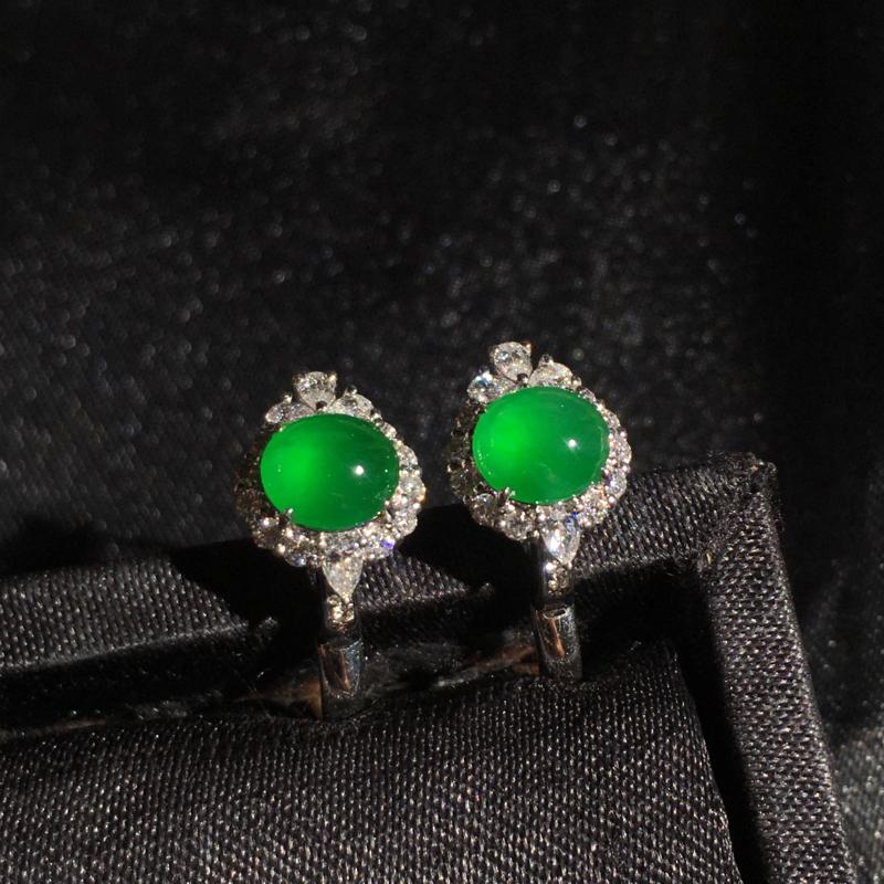 老坑高冰阳绿满色蛋面耳钉,精致时尚,翠色甜美浓郁,细腻冰透,种好通透起胶,裸石:5*6*3,整体:1