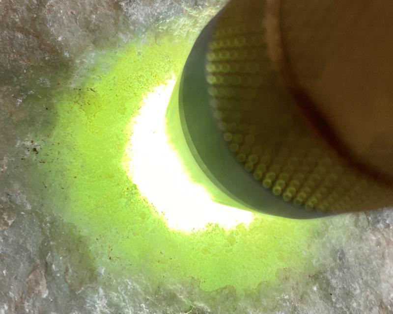 🤝#矿区新货来袭# 木那断口全赌料,打灯多处有底色,种水还不错,肉质细腻,料子板正,有多个手镯位,