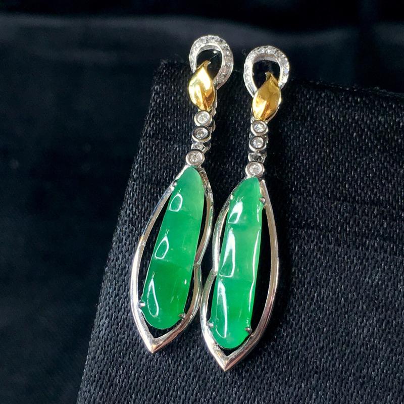 翡翠a货,满绿福豆耳钉,18k金伴钻,颜色靓丽,佩戴精美,裸石规格:14.8-3.2-2.2