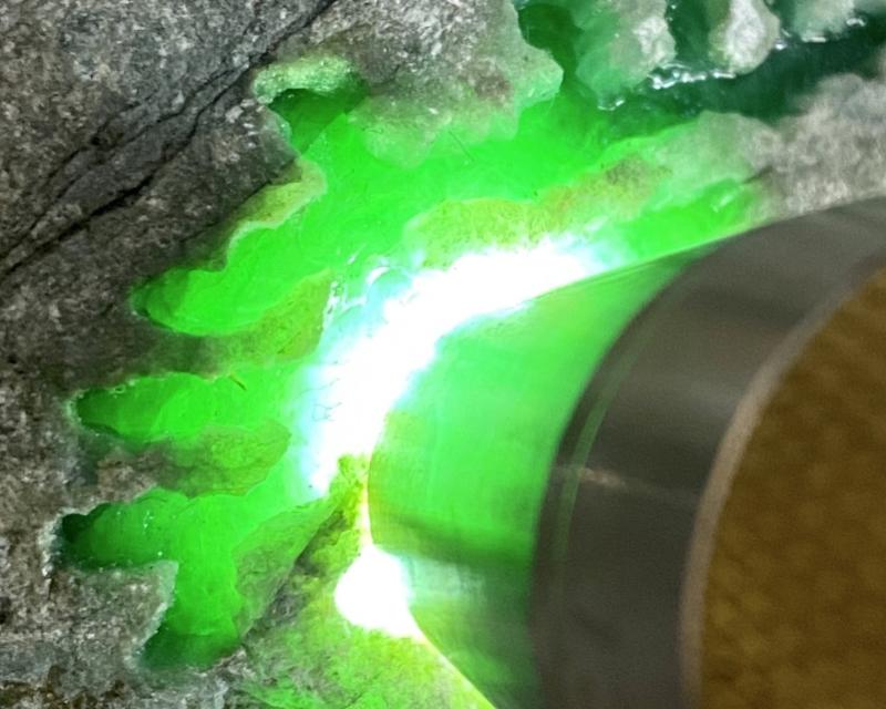 🤝#矿区新货来袭# 后江开窗色料,打灯种老到家,正阳满绿,水头足肉质细腻,他处也有绿色表现,也能再