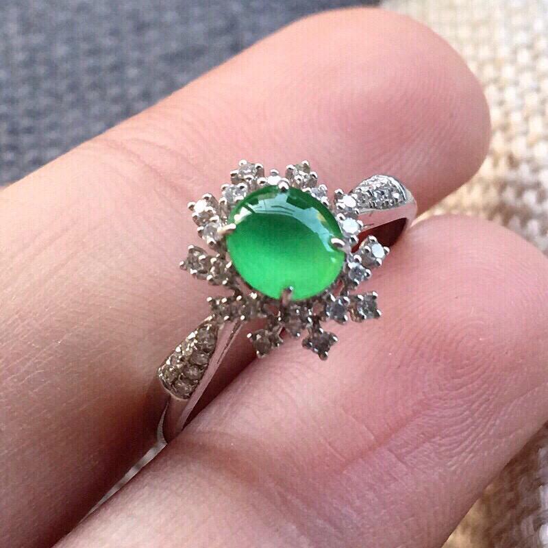 【严选推荐👍👍👍(室外自然光拍摄)老坑高冰种满绿色翡翠蛋面女戒指,18k金钻镶嵌而成,佩戴效果佳。种水上乘,冰胶感十足,晶体结构致密,肉质水润细腻,荧光抢眼,莹润通透,起强玻璃光泽。颜色清爽干净,纯正均匀,相当漂亮,值得入手品鉴。裸石尺寸约为:5.8-5.1-3毫米】图7