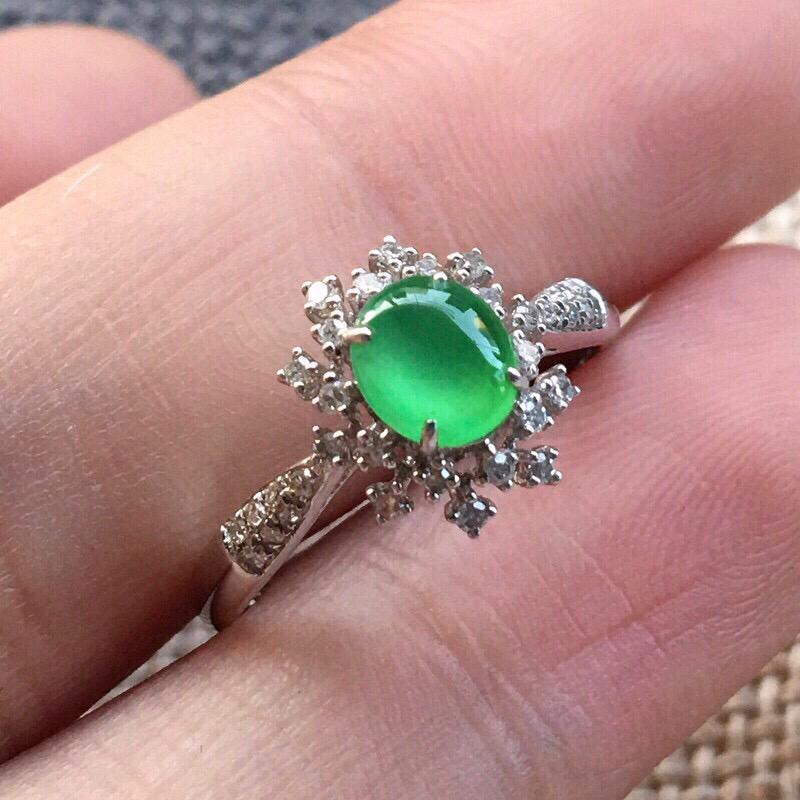 严选推荐👍👍👍(室外自然光拍摄)老坑高冰种满绿色翡翠蛋面女戒指,18k金钻镶嵌而成,佩戴效果佳。种水