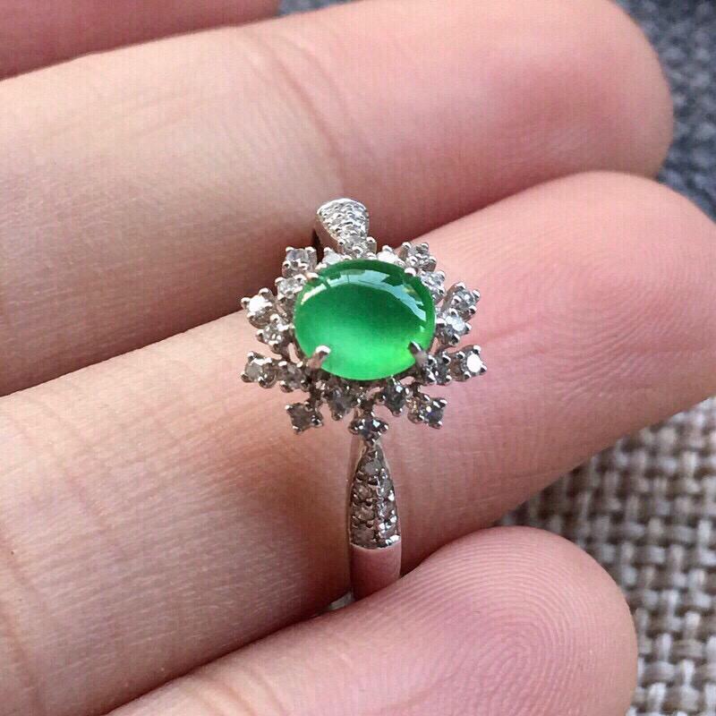 【严选推荐👍👍👍(室外自然光拍摄)老坑高冰种满绿色翡翠蛋面女戒指,18k金钻镶嵌而成,佩戴效果佳。种水上乘,冰胶感十足,晶体结构致密,肉质水润细腻,荧光抢眼,莹润通透,起强玻璃光泽。颜色清爽干净,纯正均匀,相当漂亮,值得入手品鉴。裸石尺寸约为:5.8-5.1-3毫米】图3