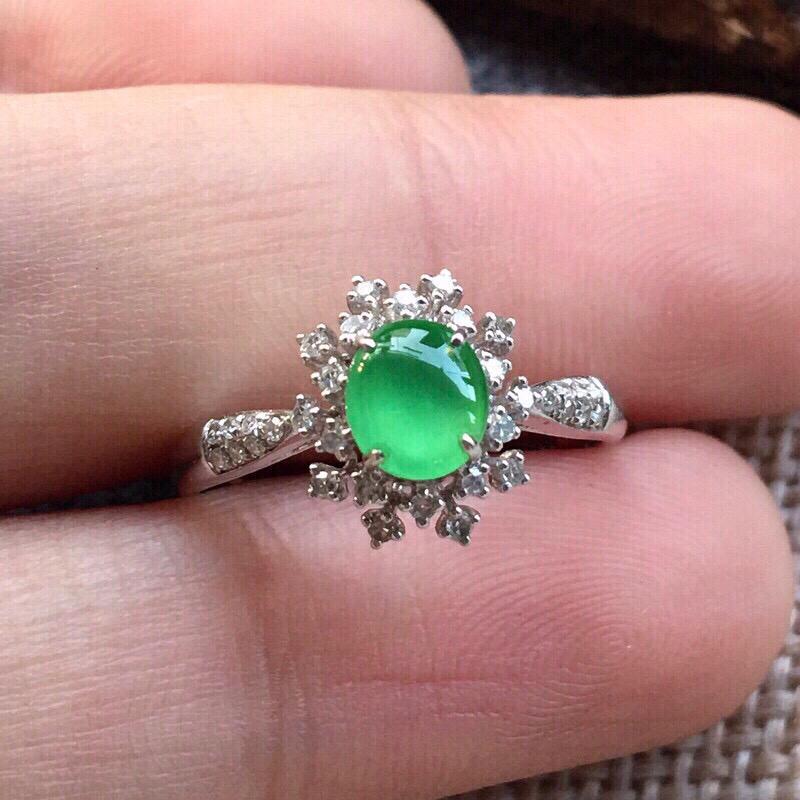 【严选推荐👍👍👍(室外自然光拍摄)老坑高冰种满绿色翡翠蛋面女戒指,18k金钻镶嵌而成,佩戴效果佳。种水上乘,冰胶感十足,晶体结构致密,肉质水润细腻,荧光抢眼,莹润通透,起强玻璃光泽。颜色清爽干净,纯正均匀,相当漂亮,值得入手品鉴。裸石尺寸约为:5.8-5.1-3毫米】图2