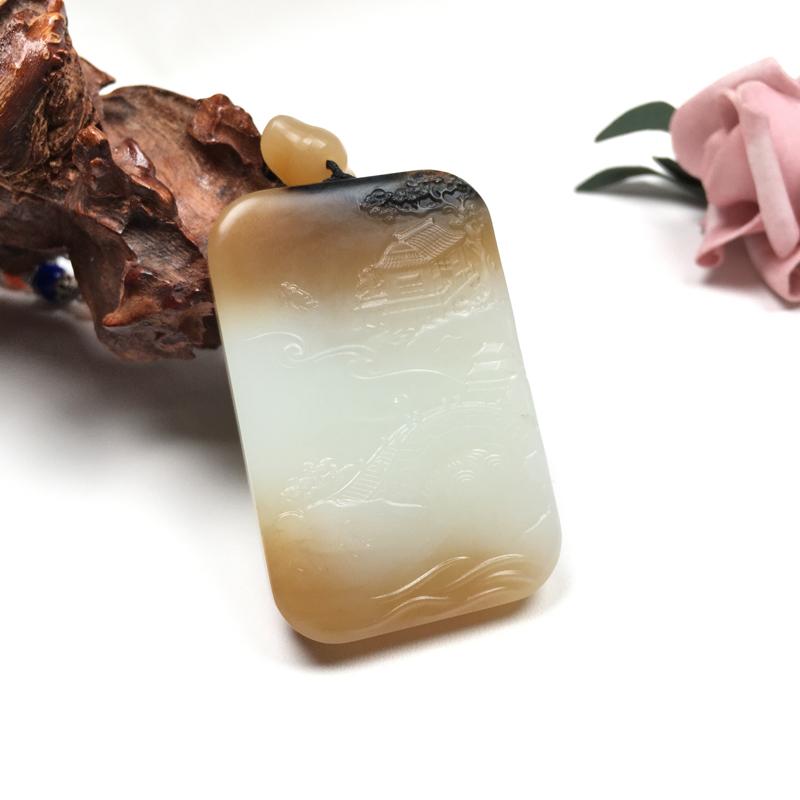 【富贵人家.山水牌】和田玉糖白挂件,质地细腻,结构紧致,油润细糯。糖色浓郁,糖白分明。雕刻细致
