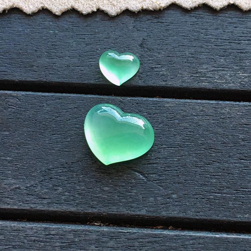 爱心一对,自然光实拍,缅甸a货翡翠,冰种满绿心形戒面一对,种好通透,起荧光,颜色漂亮,精致迷人,镶嵌