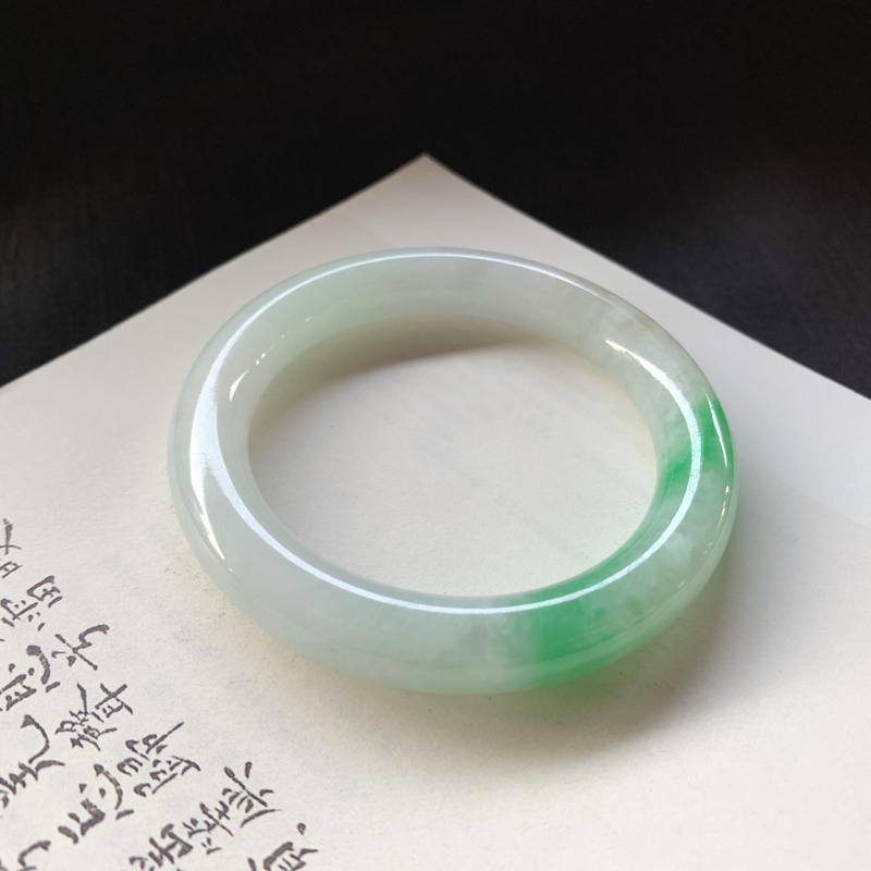 尺寸 54*10.3*10  糯种飘绿圆条手镯,玉质细腻,一截色泽娇艳欲滴,让人爱不释手!
