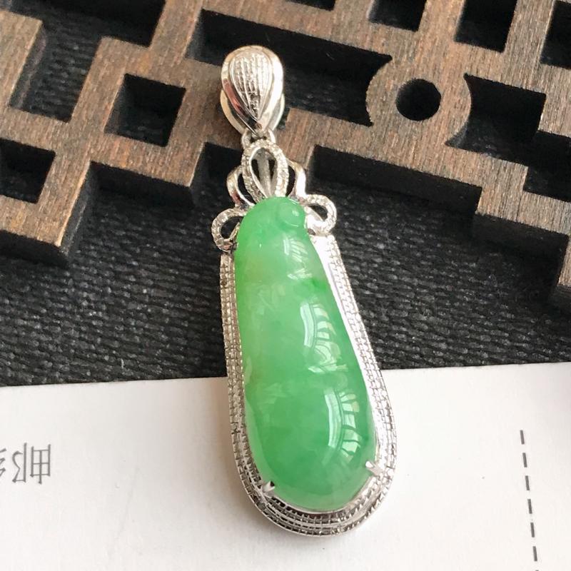 编号:f912,翡翠A货,飘绿18k金伴钻富贵豆吊坠,裸石尺寸:21.3*8.2*4mm,包金尺寸: