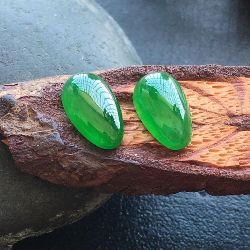 辣绿水滴,自然光实拍,缅甸a货翡翠,一对,种好通透,水润玉质细腻,雕刻精细,饱满品相佳,