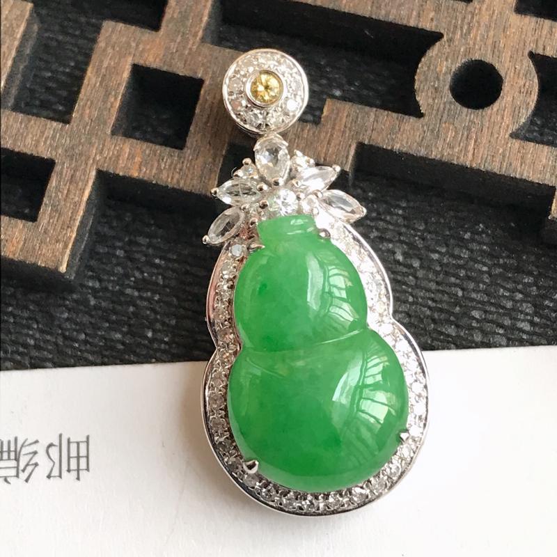 编号:f912,翡翠A货,飘绿18k金伴钻招财葫芦吊坠,裸石尺寸:15.8*10.2*4mm,包金尺