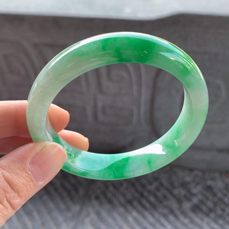 飘绿正圈手镯,尺寸:58-13.2-8,质地细腻,干净釉洁,色泽清新亮丽,微纹,瑕不掩瑜