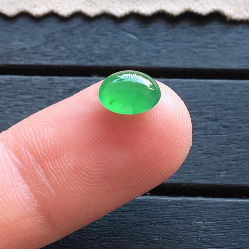 绿蛋面,自然光实拍,缅甸a货翡翠,冰种阳绿蛋面,种好通透,颜色艳丽,玉质莹润,精致迷人,镶嵌佳品