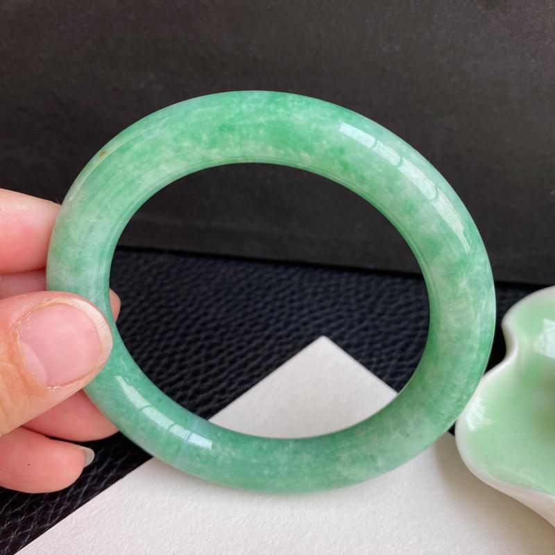 满绿手镯、圈口:56.3mm 天然翡翠A货细腻满绿圆条手镯、编号1.16-ying