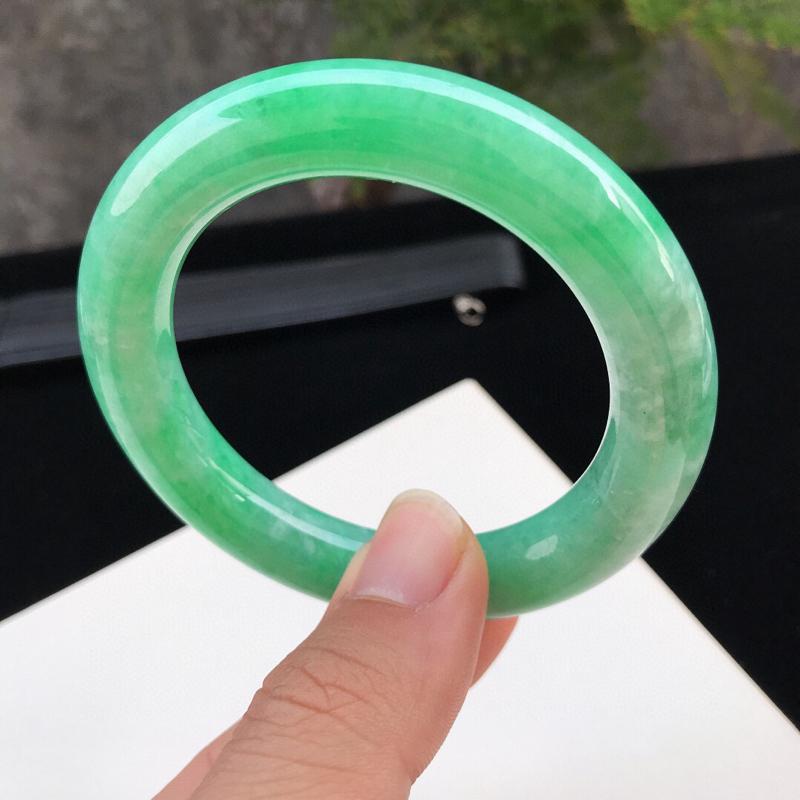 圈口:54.5mm天然翡翠A货糯化种水润满绿圆条手镯,尺寸54.5-11.4-11.2mm,有细纹,