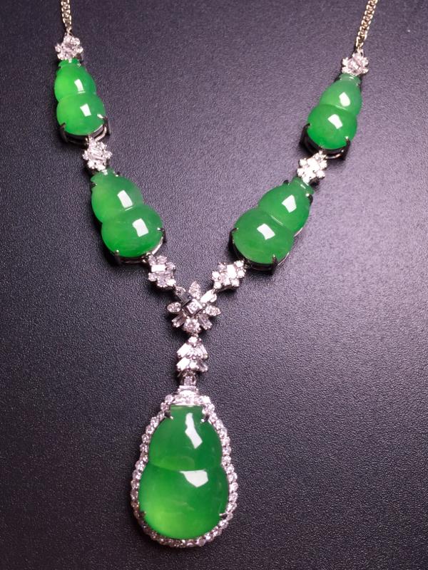 阳绿葫芦晚装项链,18k金豪华镶嵌,种水超好,玉质细腻。