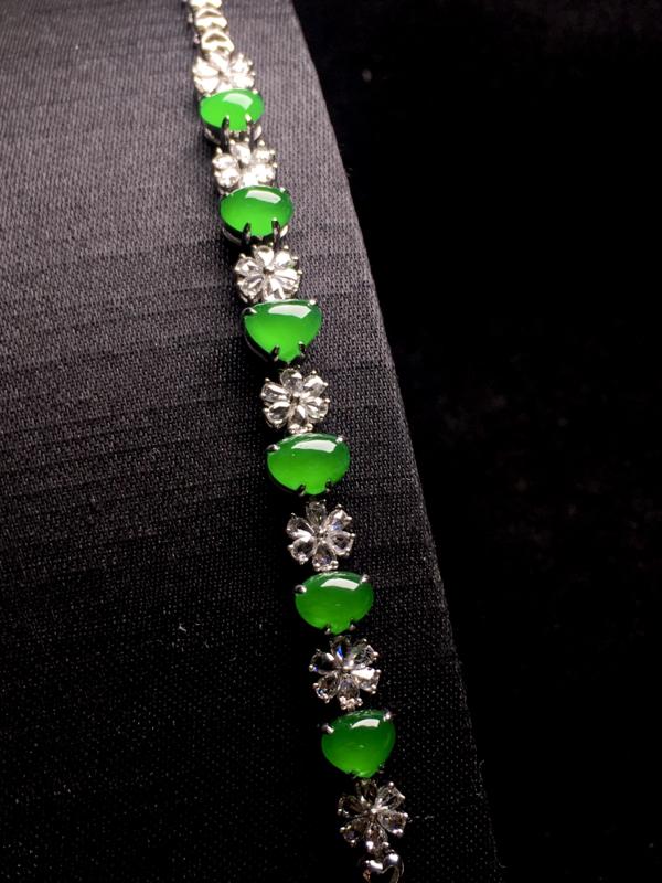 高冰阳绿设计款爱心手链,精致时尚,种色浓郁,翠绿欲滴,细腻冰透,色阳浓艳,佩戴优雅大方,裸石:5*6