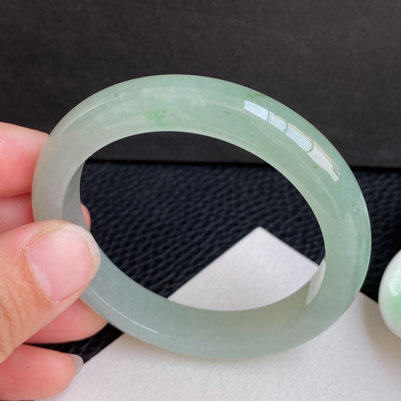 圈口:52.4mm 天然翡翠A货冰润浅绿宽边小圈口手镯、编号1.16-ying