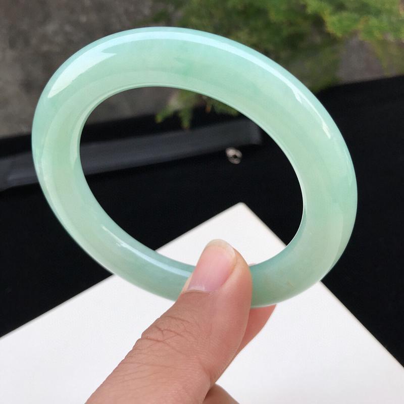 圈口:57.1mm天然翡翠A货糯化种水润浅绿圆条手镯,尺寸57.1-11.1mm,底子细腻,种水好,
