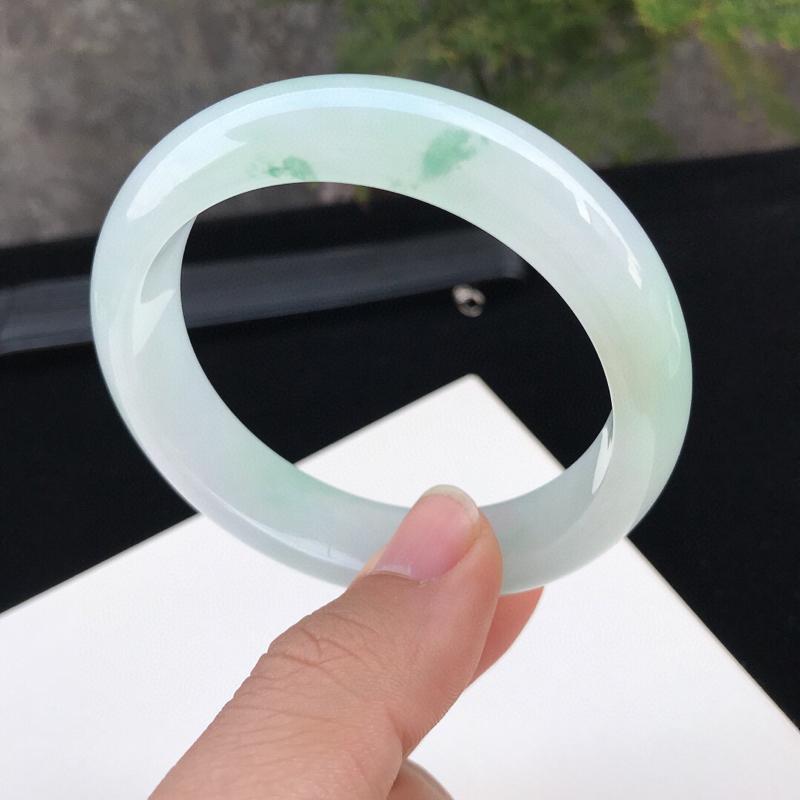 圈口:58.6mm天然翡翠A货冰糯种水润飘花种水正圈手镯,尺寸58.6-14.8-8mm,底子细腻,