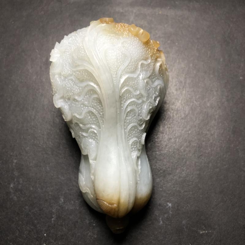 和田玉且末糖白玉白菜 百财纳福手把件 玉质细腻,脂粉油性十足。立体圆雕白菜,叶脉纹理细密,茎叶粗壮有