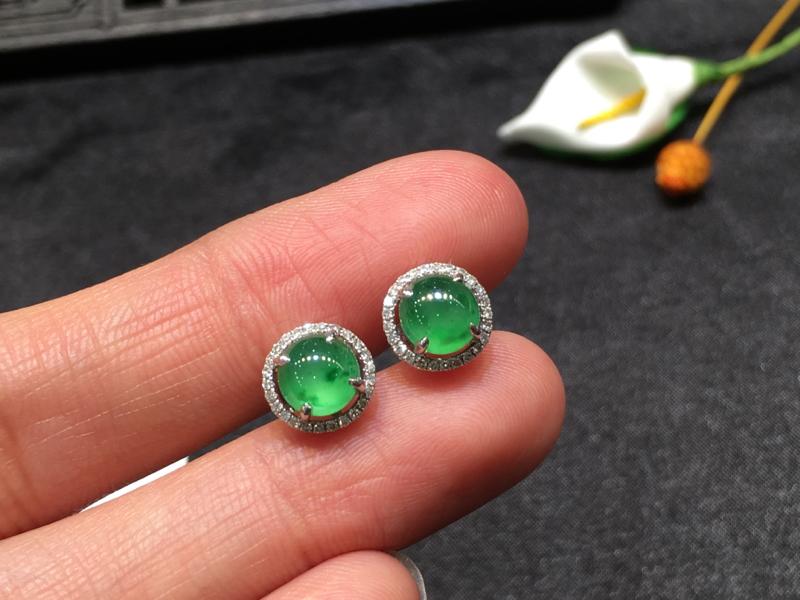 一对阳绿耳钉,底庄细腻,18K金南非真钻镶嵌,无纹裂,性价比高,推荐,尺寸8.2*5.8/6*4.2