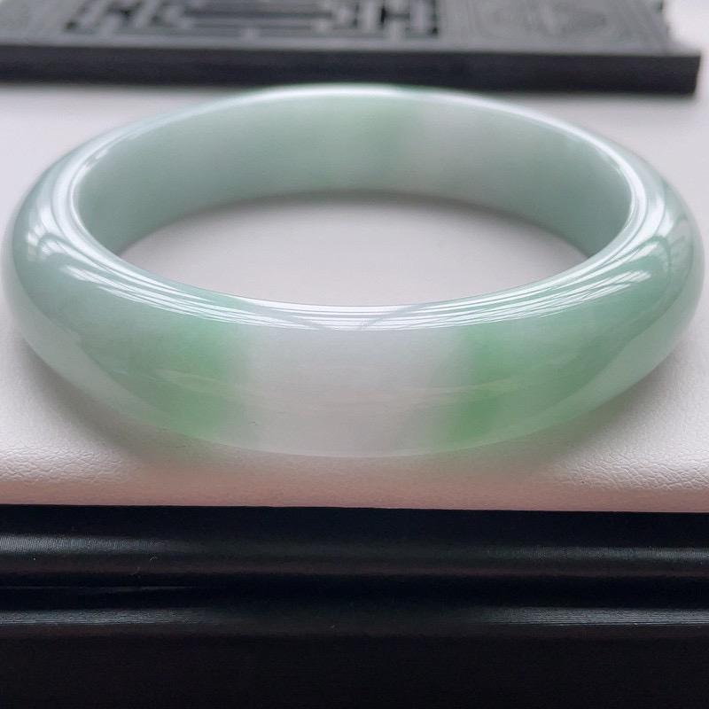 正圈57圈口,自然光实拍,缅甸老坑天然翡翠A货,水润飘绿正圈手镯,上手高贵优雅。尺寸:57️13️8mm,重量:60.52g