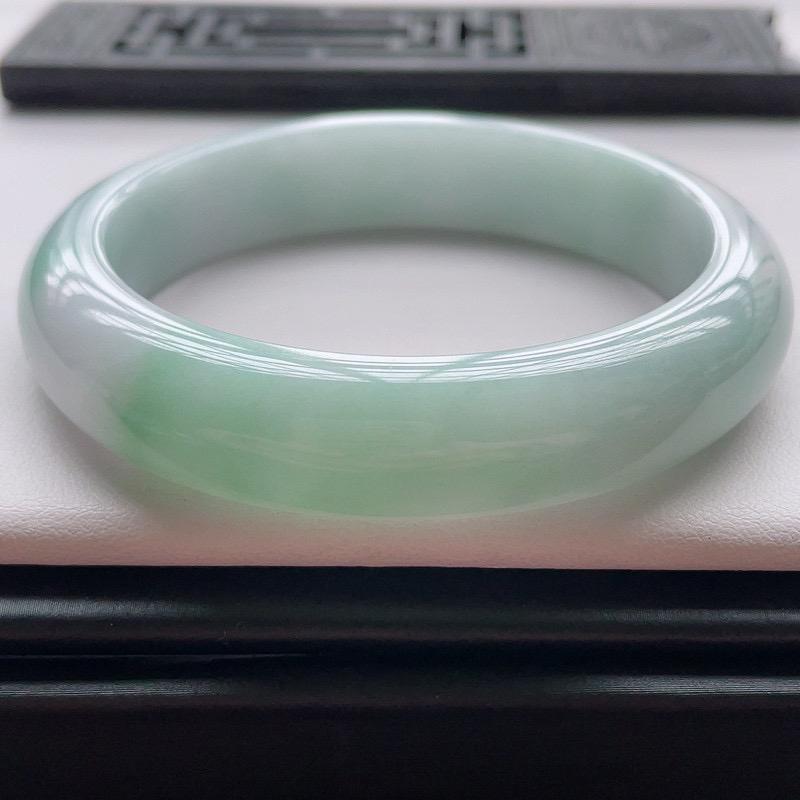 正圈57圈口,自然光实拍,缅甸老坑天然翡翠A货,水润飘绿正圈手镯,上手高贵优雅。尺寸:57️1