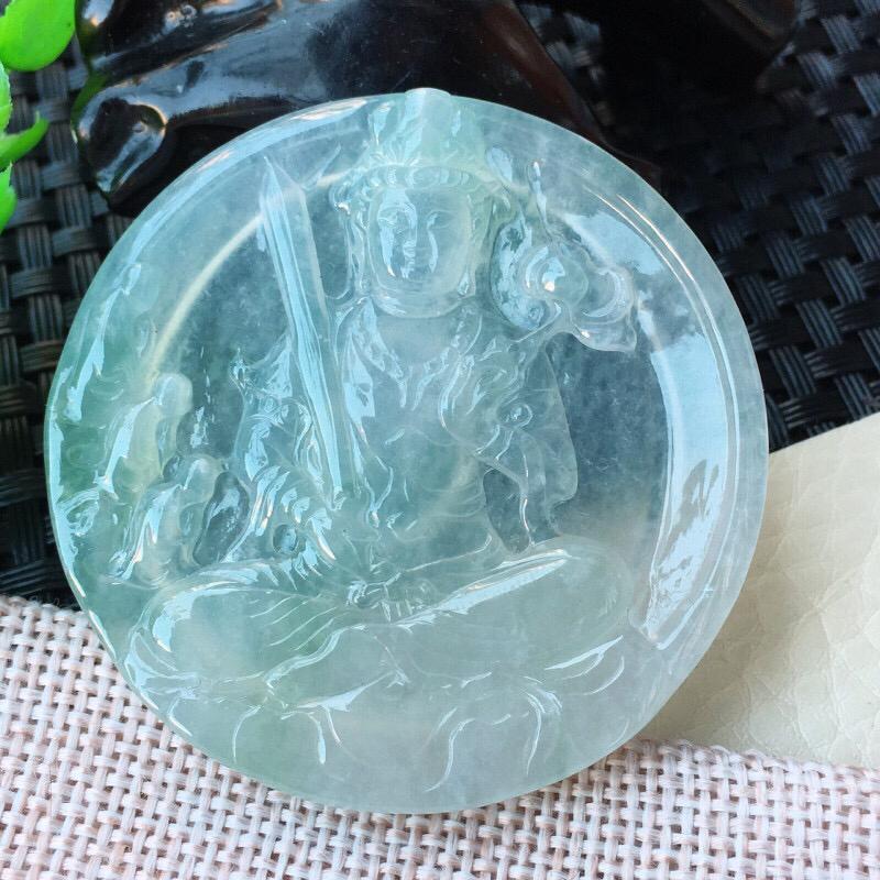 自然光实拍上翡翠,冰透水润虚空藏菩萨玉坠,生肖守护神,种老水足 质地冰润通透,纯净。颜色很美,佩戴、