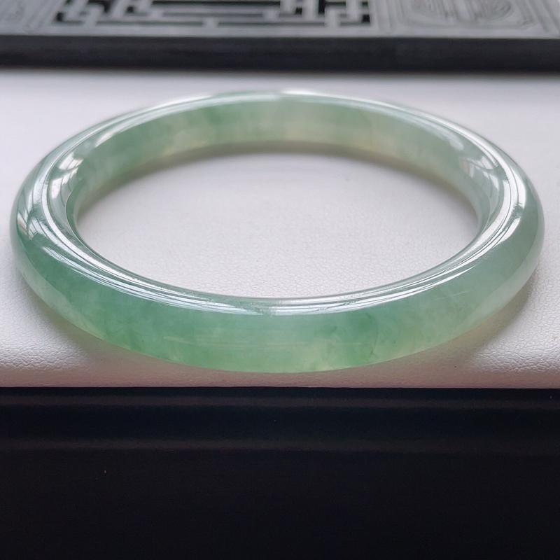圆条54.7圈口,自然光实拍,缅甸老坑天然翡翠A货,水润飘绿花圆条镯。尺寸:54.7*8.4*8