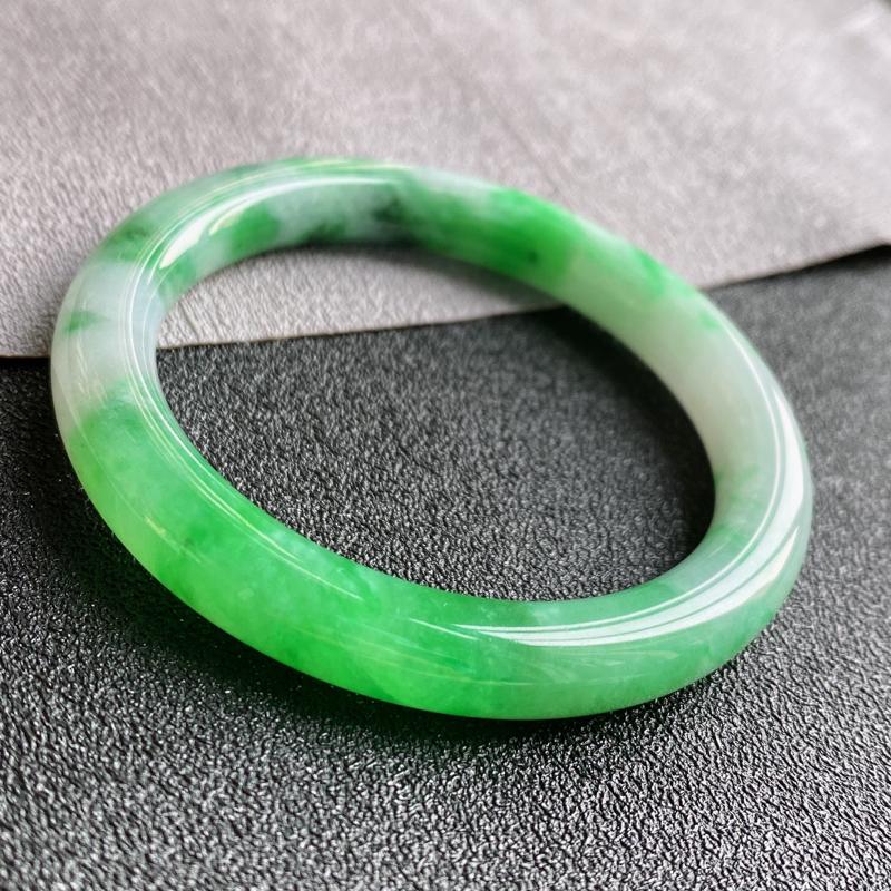 翡翠A货,规格50.2/8.2/7.9,老坑种飘绿圆条手镯,玉质细腻水润,飘逸灵动,上手优雅迷人