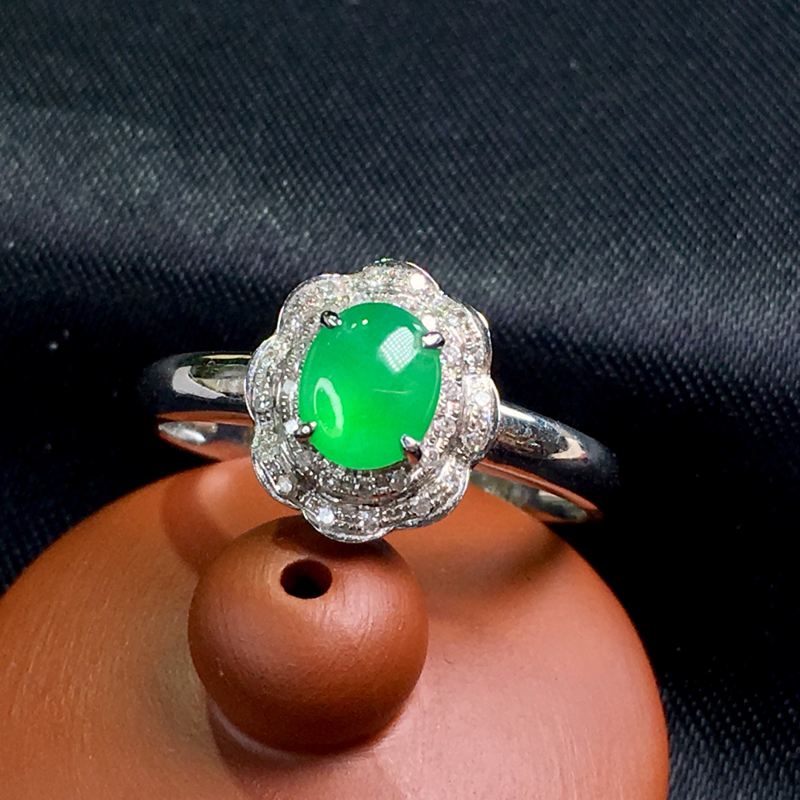 翡翠a货,满绿蛋面戒指💍,18k金伴钻,颜色清爽,种水好,佩戴精致,裸石规格:5.8-4.7-2.5