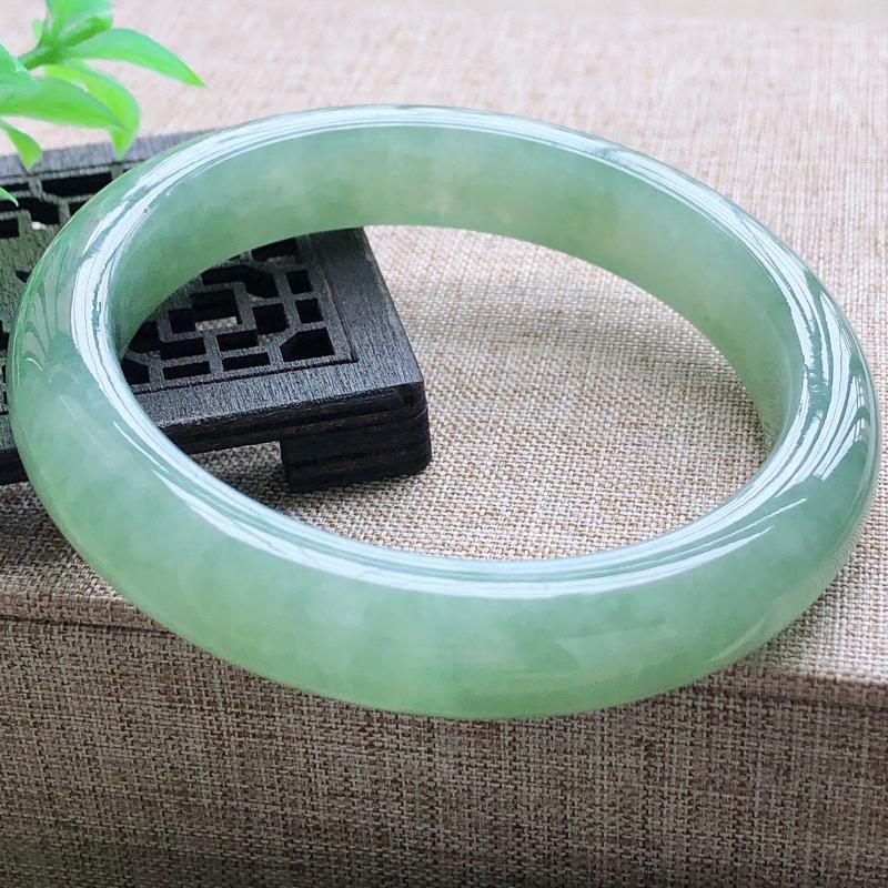 糯化种满绿翡翠宽条手镯,圆润厚实,亮丽秀气,颜色好,品相好,上手佩戴效果知性优雅,尺寸57.2*1