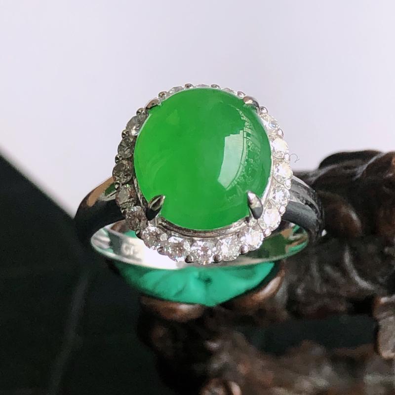 天然a货翡翠满阳绿蛋面18k镶金钻戒指,重金豪华镶嵌,玉质细腻,饱满,种水足,裸石尺寸:10.4*9