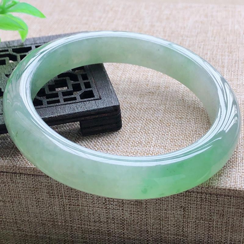 糯化种飘阳绿翡翠宽条手镯,圆润厚实,亮丽秀气,种水佳,颜色好,品相好,上手佩戴效果知性优雅,尺
